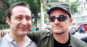 Xavier Masats y Bono, líder de U2, con el que ha entablado una estrecha amistad. Foto: EL PERIÓDICO